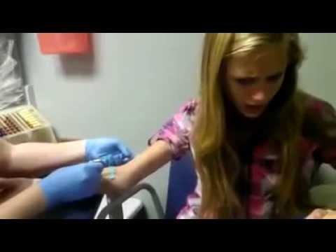 Chica adolescente Muy Asustada  Llora Antes de recibir una inyección de la aguja   Muy Divertido