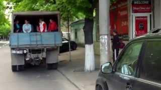 Muncitoare transportate în condiții umilitoare și periculoase