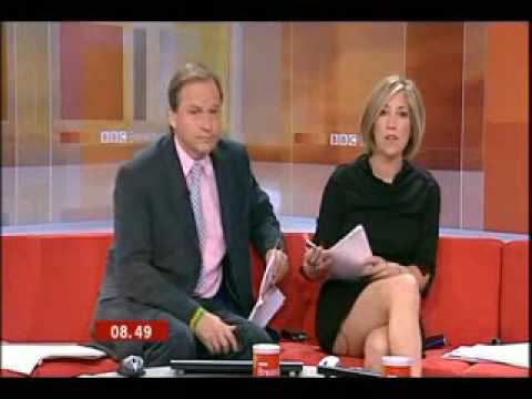 Video : Fox Anchor Pulls Up Skirtwhile on air!