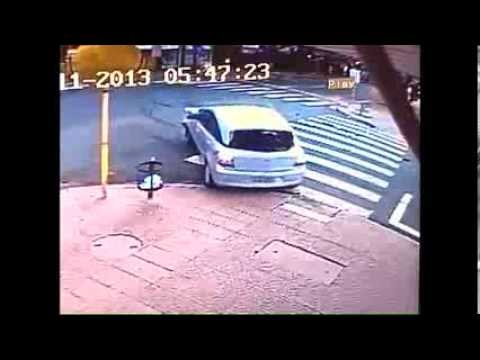 mulher é atingida por carro após acidente