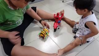 Tin và anh Hai chơi đồ chơi xe người Nhện đấu với Chú Ong Vui Vẻ | Đồ chơi trẻ em