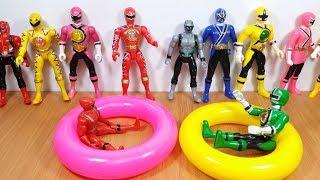 Tập hợp tất cả anh em siêu nhân chơi trò chơi bằng phao bơi