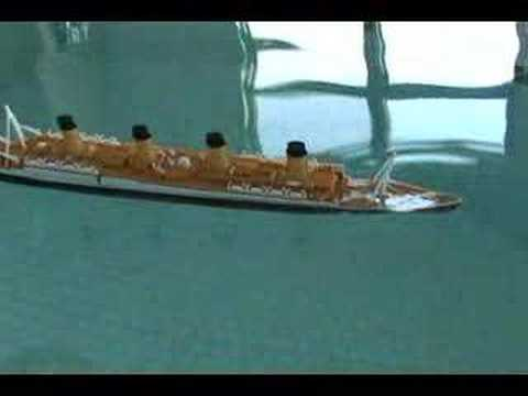 Model Titanic Sinks
