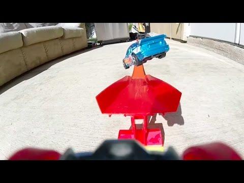 おもちゃの車にカメラを付けてスタントコースを走らせて撮影すると大迫力!