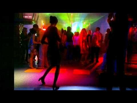 Девушка танцует в клубе