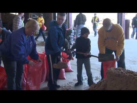 Grand Rapids Flood 2013 sandbagging