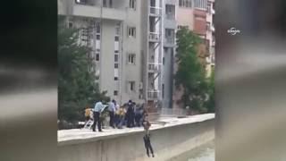 Sele kapılan vatandaşın imdadına polisler yetişti
