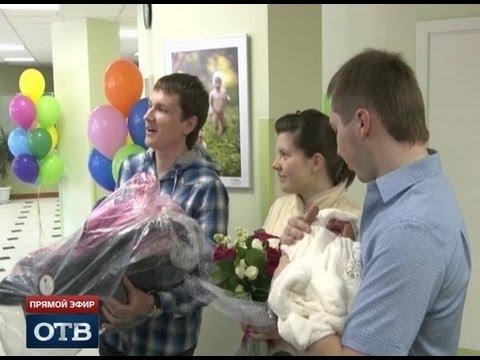 «Уральские пельмени» встретили свердловских мам из роддома