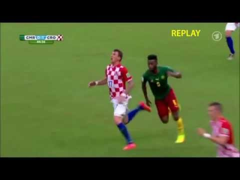 FAIL MOMENT! Alex Song hits Mario Mandzukic with elbow (Cameroon 0-4 Croatia | 18/06/2014)