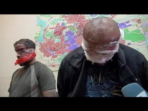 Ukraine : des otages européens exhibés devant la presse à Slaviansk