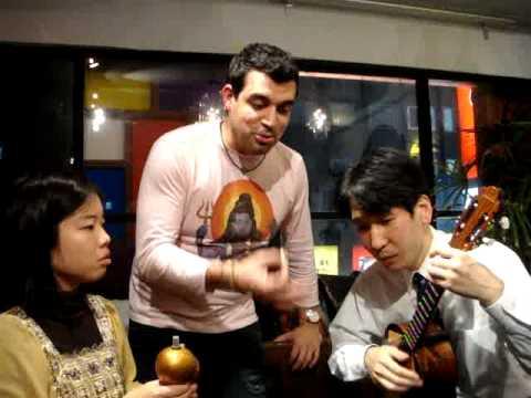 Rafael ¨Pollo¨ Brito y sus alumnos japoneses cantan