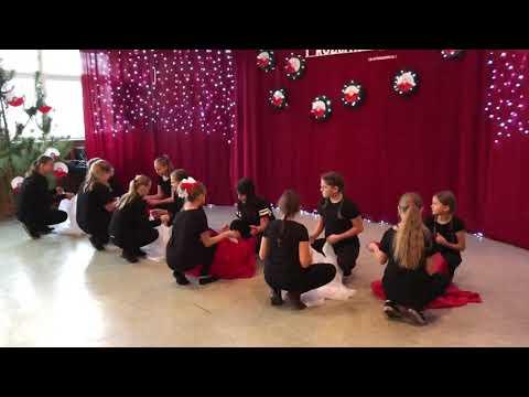Taniec Z Flagą W Wykonaniu Uczennic Z Klasy 5c