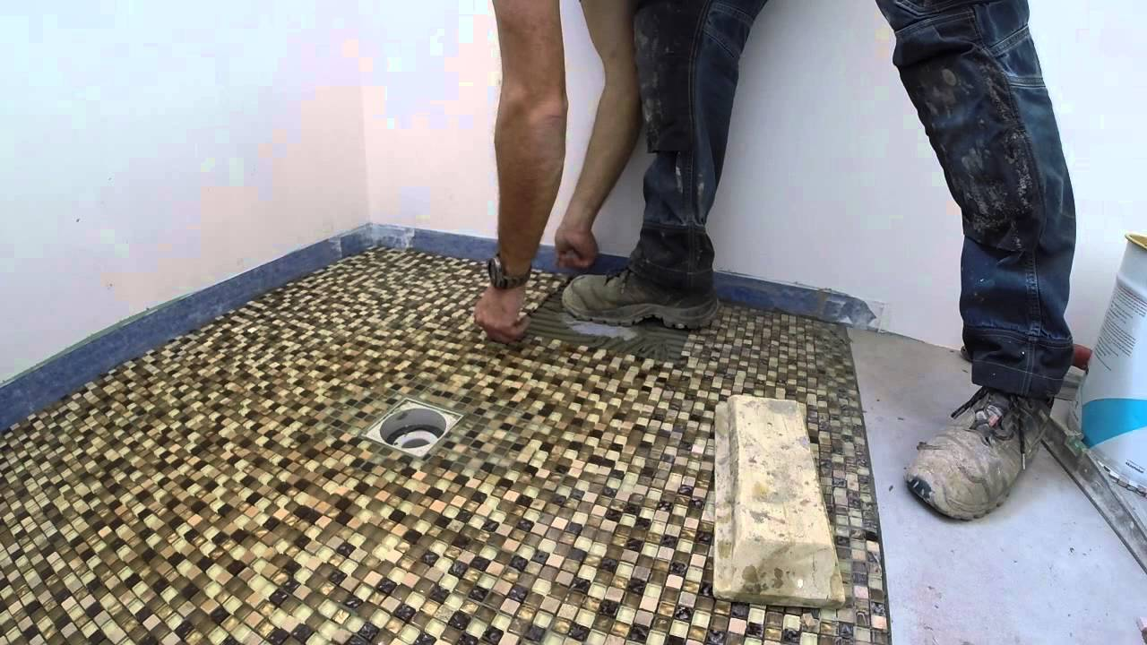 Pose mosaique douche italienne youtube for Pose de carrelage exterieur sur chape beton