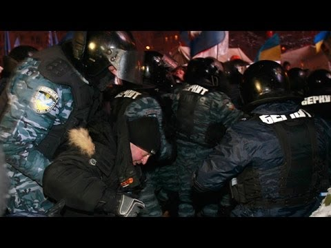 Ukraine: riot polices surprise attack on Kiev protest