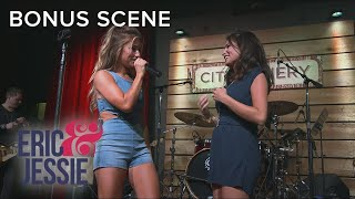 Jessie James Decker Embarrasses Sister on Stage at Concert | Eric & Jessie | E!