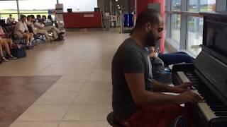 شاب لبناني يجذب أنظار جميع الموجودين في مطار براغ الدولي
