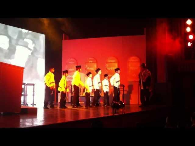 דוד פדידה משחק את תפקיד אברום בשירים ונפלאות חנוכה 2011