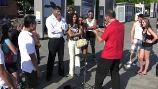 Thumb Pide la mano en matrimonio con la ayuda de un mago callejero