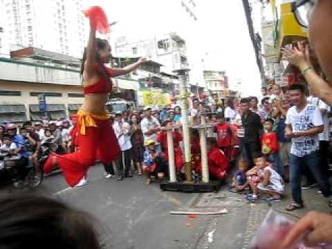 xiếc cô gái đu dây trên đường Trần Hưng Đạo B Quận 5 (tết mùng 2.2012)