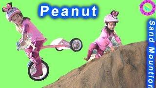 Chơi Cùng Bé Peanut ( Phần 1) Bé Peanut Chơi Cát & Đạp Xe Đạp Peanut Play Sand Mountion