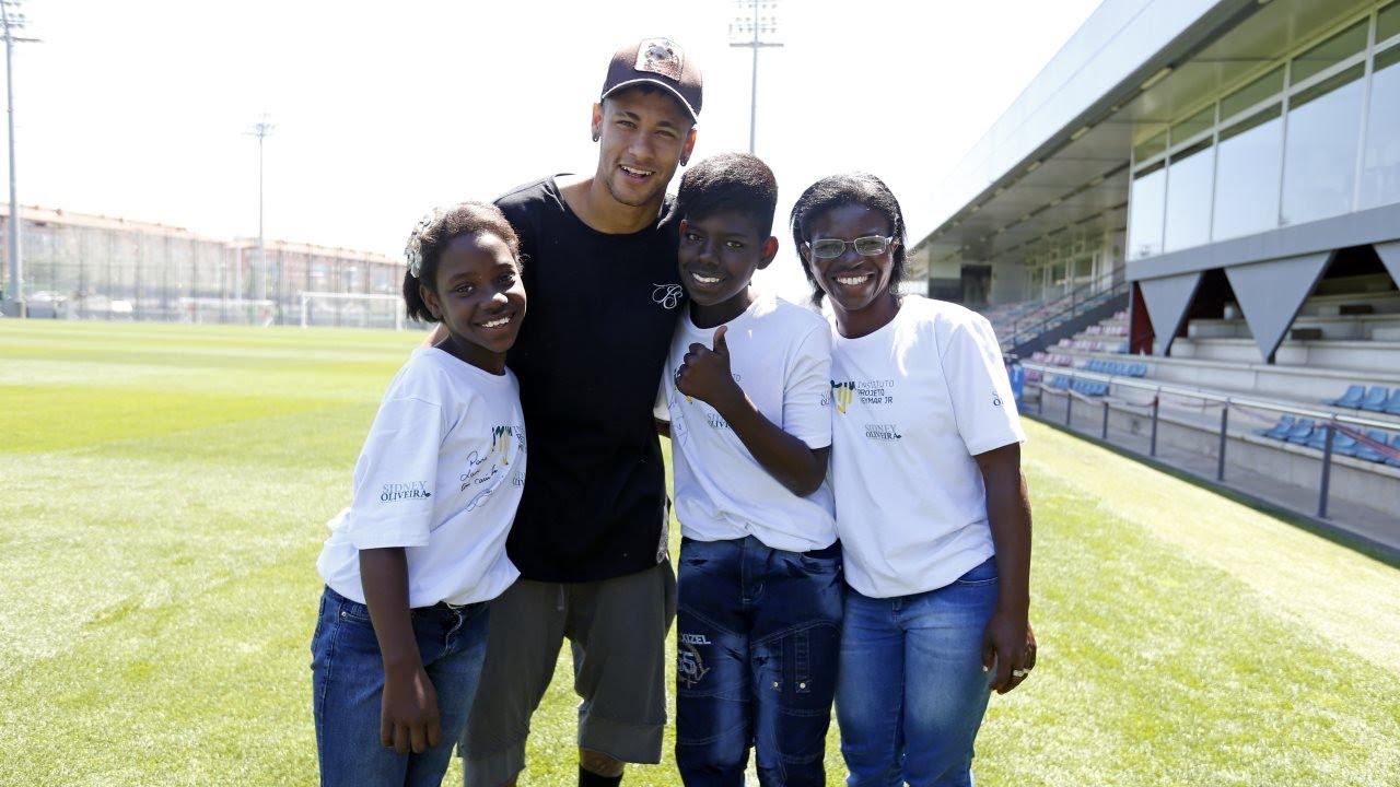 Neymar Jr rep a dos infants de la seva fundació