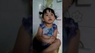Cô gái 3 tuổi bị mẹ la đòi bỏ nhà đi 😂