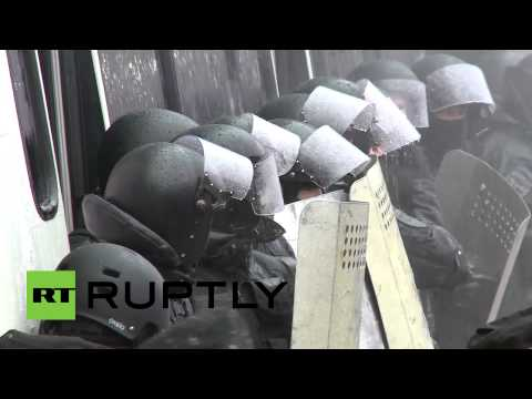 Video: Protesters shower cops with water at -10 degrees Celsius in Ukraine