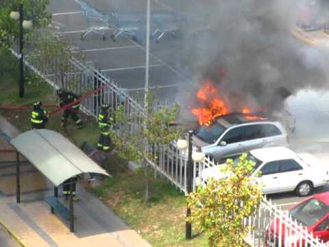 Auto quemándose en lider irarrazaval