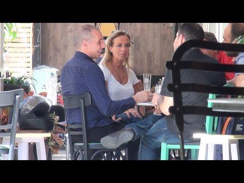 Varoufakis show dopo le dimissioni, sfreccia in moto e beve birra con gli amici