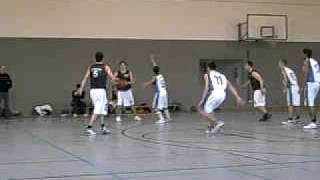 Basketball U 18 SC Vöhringen gegen Memmingen 21.11.2009 Bezirksliga,Okan führt Spielzug an