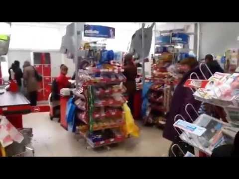 Сумасшедшая женщина в магазине Магнит