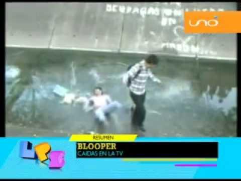 Alumnos de la UAGRM cayéndose al canal de desagüe