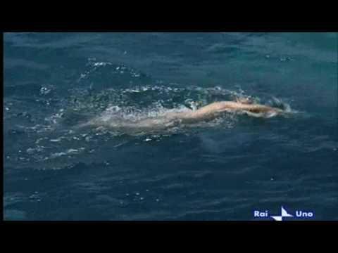 Luca Zingaretti nuota nudo in mare