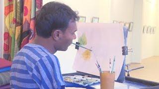 ঘাড় ঘুরিয়ে মুখ দিয়ে ছবি আঁকেন এমদাদুল