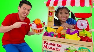 Wendy Pretend Play with Farmers Market Food Stand Toy Selling Fruits & Veggies