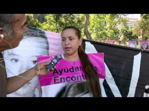 Karla Castañeda (Madre de Juarez) protesta frente al Consulado mexicano de L.A. 24-10-14