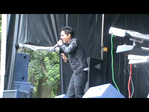 Jeet singing Tere Mere Pyar Nu live at Luton Mela for Kaki