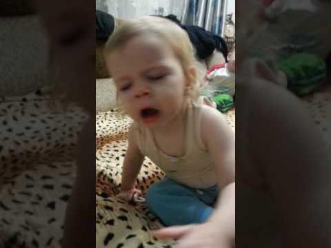 Малышка чихает..Смешно До слез))))