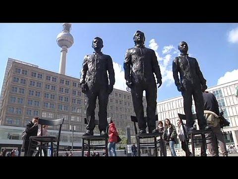 Berlino, scultura celebra il coraggio di Snowden Assange e Manning