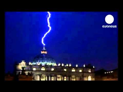Comme un présage?!??  le Vatican frappé par la foudre