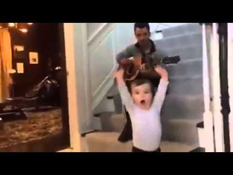 Kevin Jonas tocando BB Good para Alena *--*