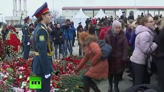People lay down flowers at Sochi port to mourn victims of Tu-154 crash (Streamed live)