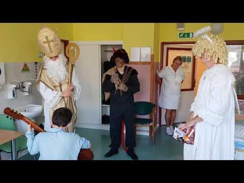 Votroci v převlečení za Mikuláše, čerta a anděla navštívili Dětskou kliniku FNHK
