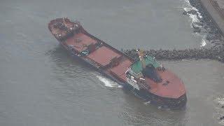 台風で貨物船流され浸水