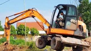 #mayxucbieudien Bé Xem Máy Xúc Đào Mương Nước❤Baby watching excavator excavating ditches