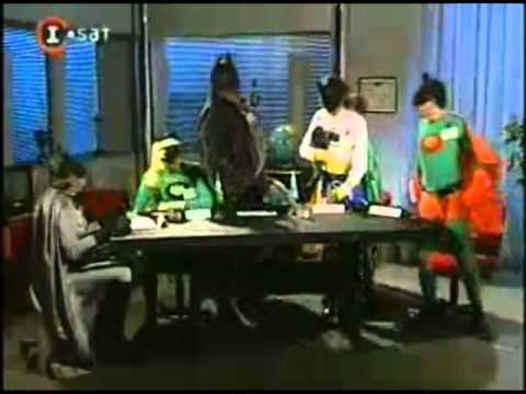 Cha Cha Cha - Superman entra a la Convencion de Batmanes.