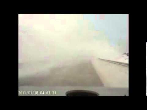 Жуткая авария на трассе из за снегоуборочной машины