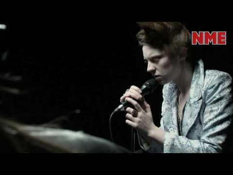 La Roux Performs &#039;In For The Kill&#039;