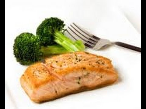 HEALTHY LUNCH:    BROCCOLI AND STEAMED SALMON.   CLEAN MEAL