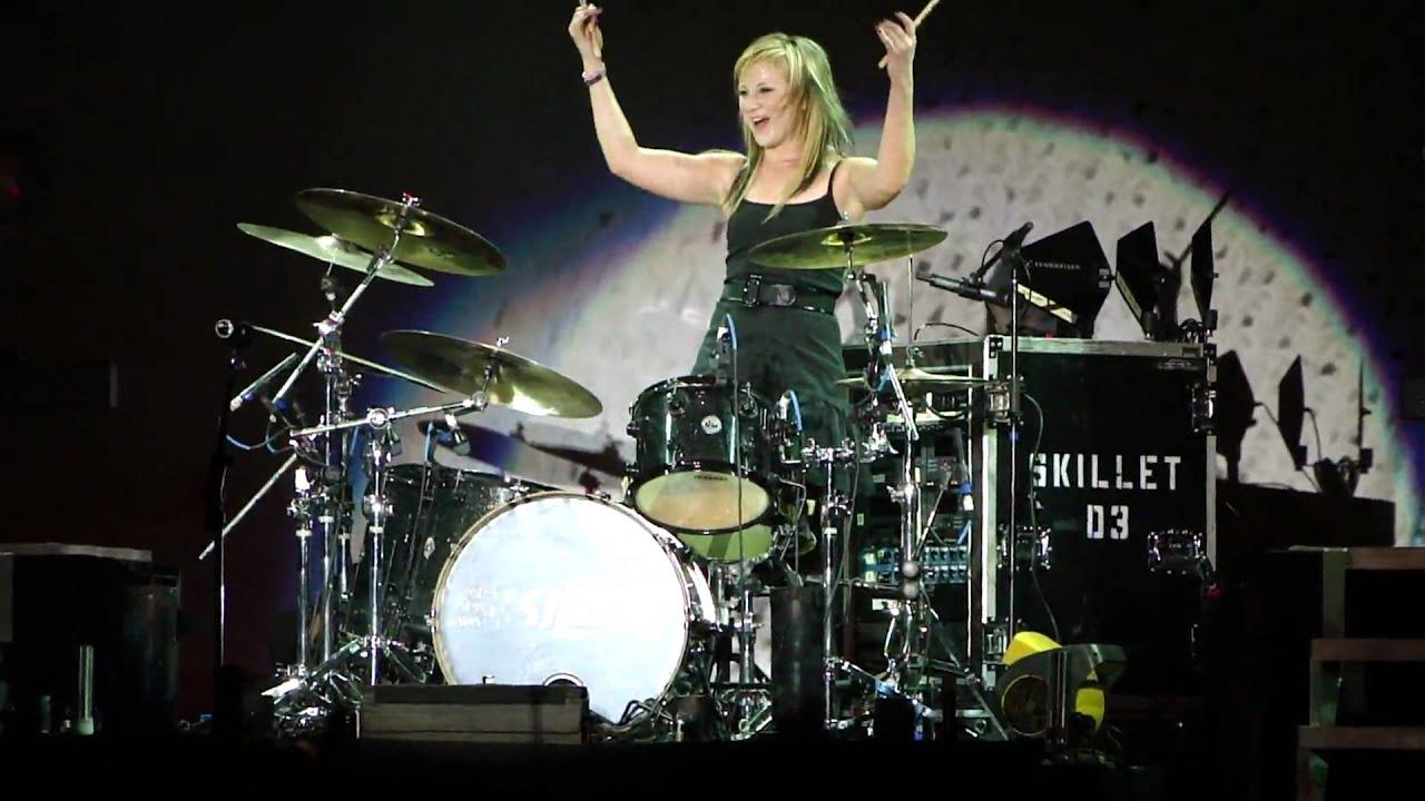 Барабанщица и бэк-вокалистка номинированной на грэмми американской христианской рок группы skillet